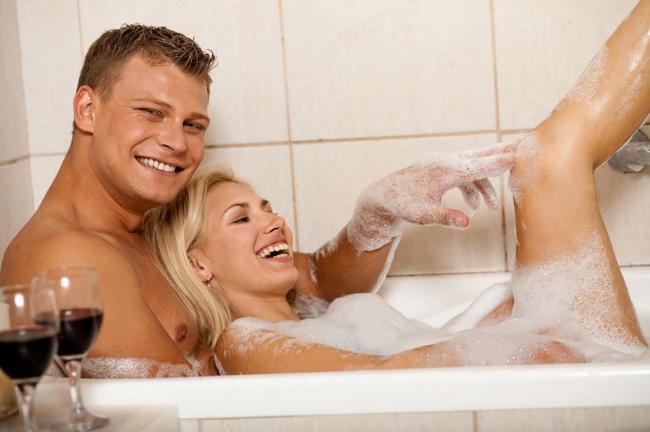 Моет ванной спину муж в жене